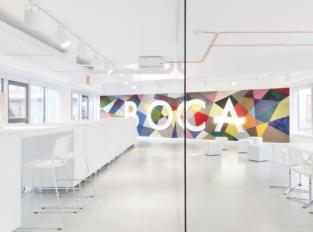 Boca: Barevný nebarevný showroom