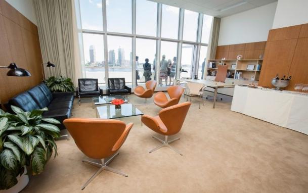 Nábytek značky Republic of Fritz Hansen v kanceláři prezidenta Valného shromáždění OSN.