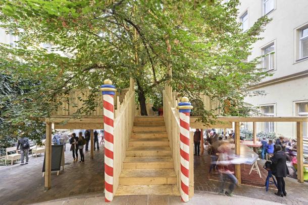 Výstavy - Maxim Velčovský: Stromová instalace pro dobití energie