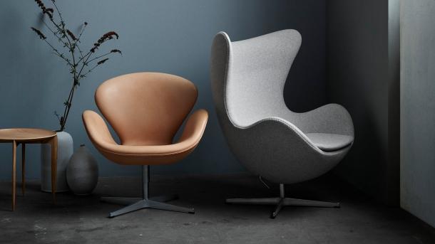 Křesla Egg a Swan navržená Arne Jacobsenem.