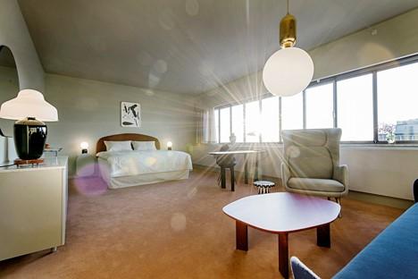 Pokoj v kodaňském hotelu SAS Royal Hotel, původně navrženém Arne Jacobsenem, který v roce 2014 dostal desigér Jaime Hayón příležitost nově vybavit výrobky značky Republic of Fritz Hansen.