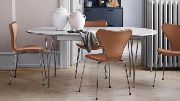 Židle Series 7 je kromě své praktičnosti oblíbená i díky své variabilitě. Dnes se vyrábí v celé řadě provedení určených pro používání jak v domácnosti, tak v kancelářích.