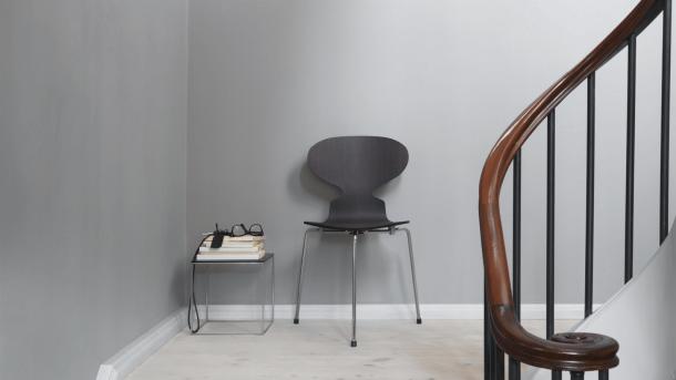 Třínohá židle Ant, z jejíž formy Arne Jacobsen při navrhování židle Series 7 vycházel.