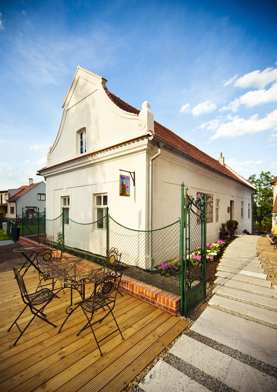 Bar / restaurace / café - Café Fara: historická budova v semknutí s moderní přístavbou