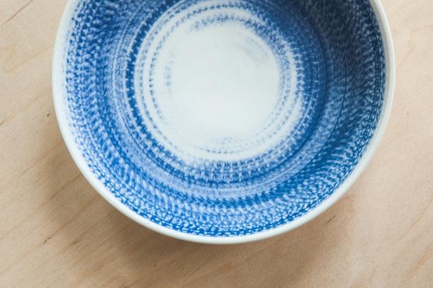 Doplňky - Malovaný porcelán nebo čistou keramiku? Jídelna snese obojí