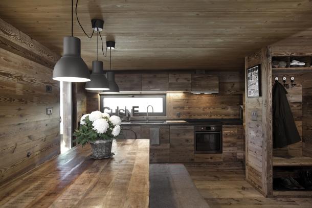 Interiér - Rekonstrukce horské stodoly ve Švýcarsku ukazuje dřevo ve všech podobách