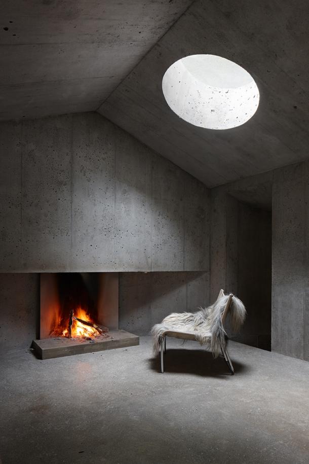 Exteriér - Lesní domek působí jako betonová skrýš