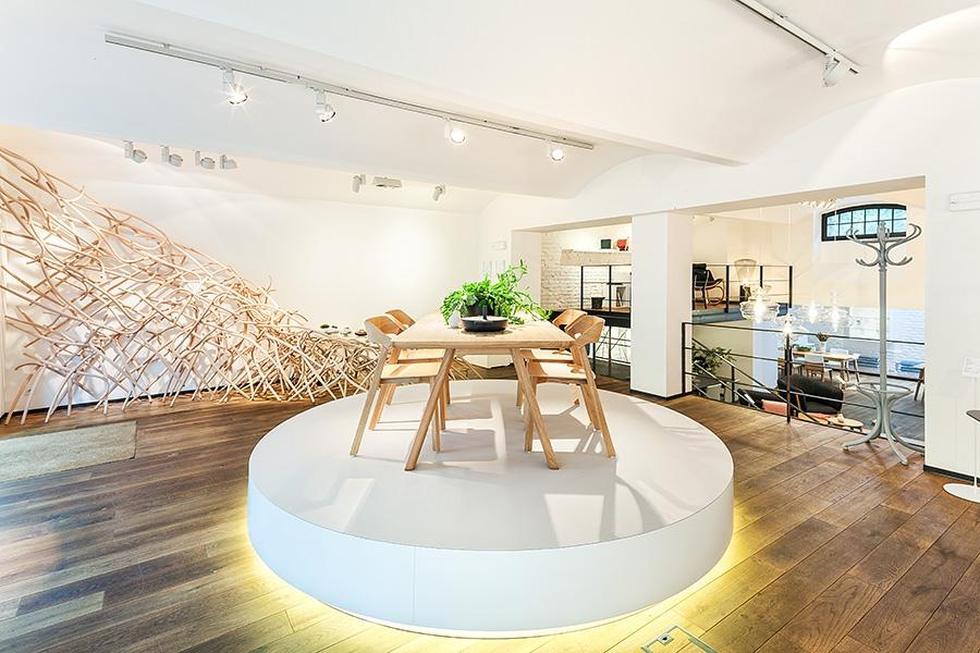 TON: Pokorný showroom s neviditelným designem