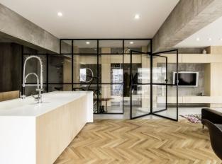 Otočné dveře centrem bytu - kuchyň