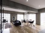 Otočné dveře centrem bytu - obývací část