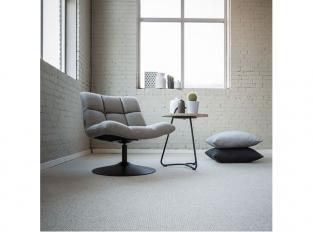 Bílý vlněný koberec v obývacím pokoji