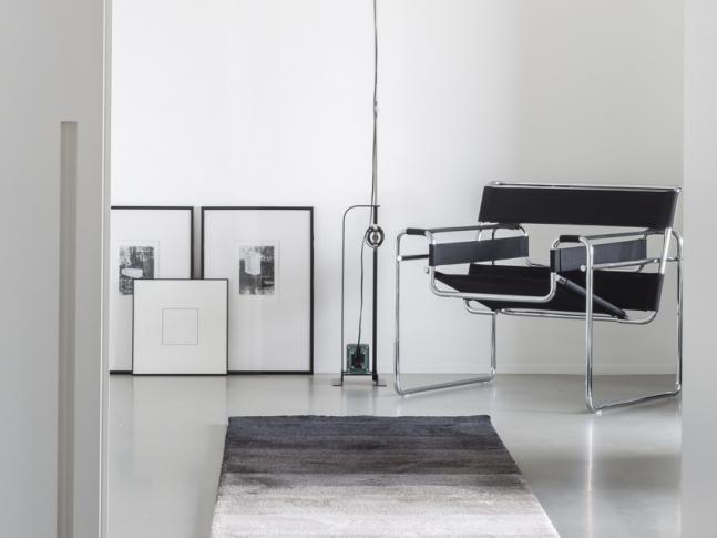 Koberec JoV v minimalistickém interiéru