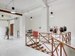 Pohledová stěrka v showroomu Bílá podlahová stěrka Microverlay v showroomu, dodavatel BOCA Group Praha.