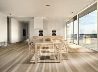 Jídelna s dřevěnou podlahou