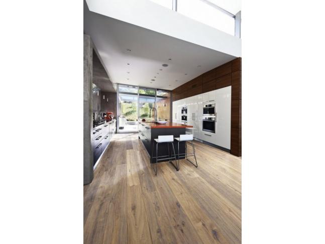 Kuchně s dřevěnou podlahou