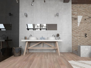 Koupelna s dřevěnou podlahou