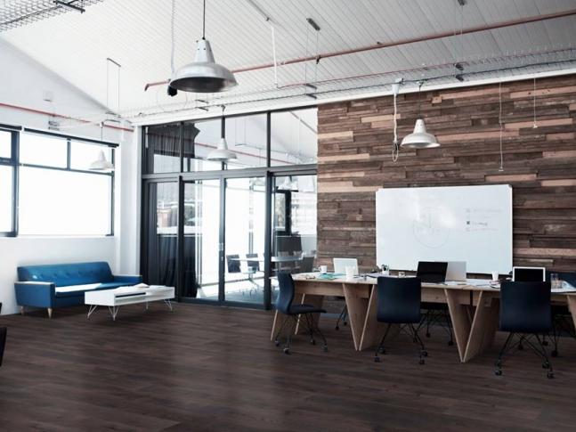 Kancelář s dřevěnou podlahou