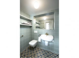 Na pavlači s lucernou - koupelna