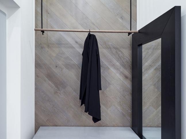Cementová stěrka na podlaze v chodbě