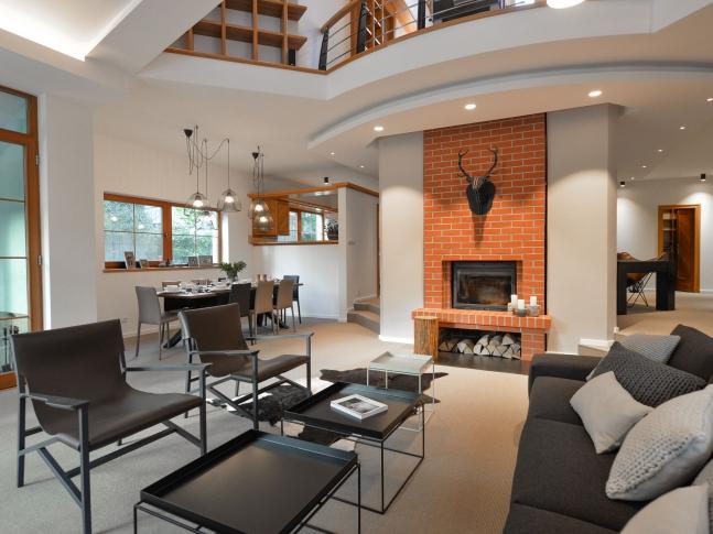 Interiér domu se sisalovým kobercem