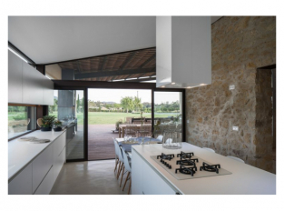 Kuchyně s jídelnou domu v Gironě