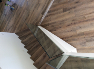 Lomené schodiště