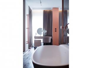 Interiér s mědí a mramorem - koupelny