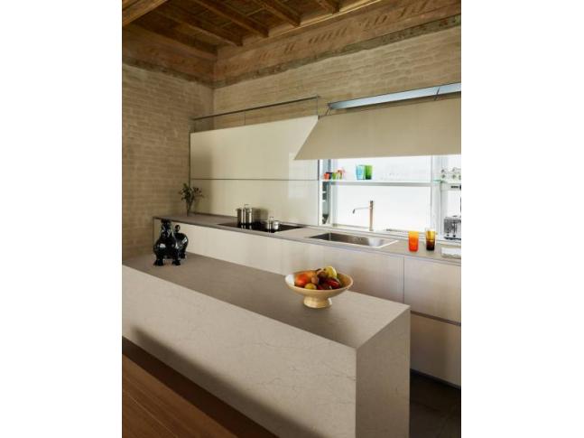 Prostorná a minimalistická kuchyň