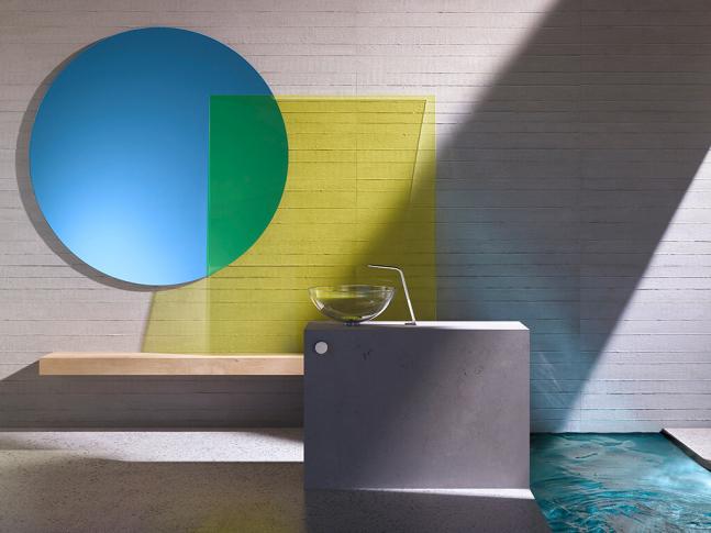 Prostorná koupelna plná barev