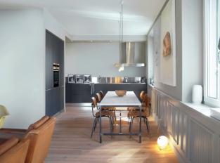 Vzdušná kuchyně v neutrálních tónech