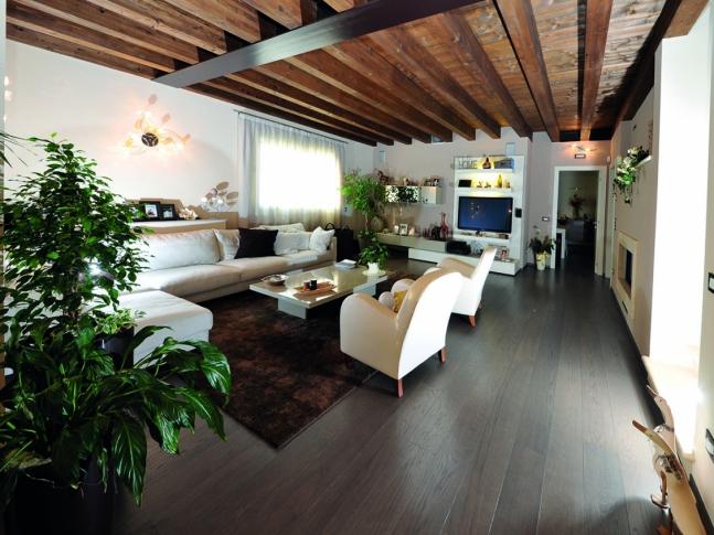 Obývací pokoj s dubovou podlahou Obývací pokoj s dubovou dřevěnou podlahou Mardegan z kolekce Milano Style.