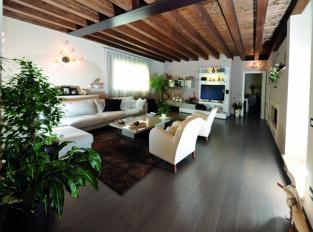 Obývací pokoj s dubovou podlahou