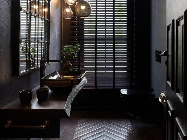 Dřevěná mozaiková podlaha v koupelně Tmavá dřevěná podlaha Mardegan Herringbone, dodavatel podlahy BOCA Group.