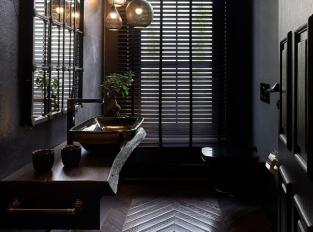 Dřevěná mozaiková podlaha v koupelně