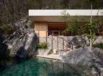 Dům a bazén vytesaný do skály