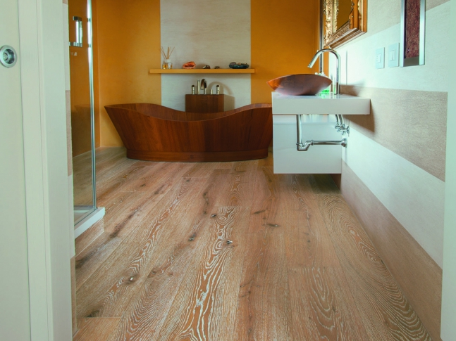Koupelna v rustikálním stylu Kartáčovaná dřevěná podlaha Mardegan z kolekce Live in New York.
