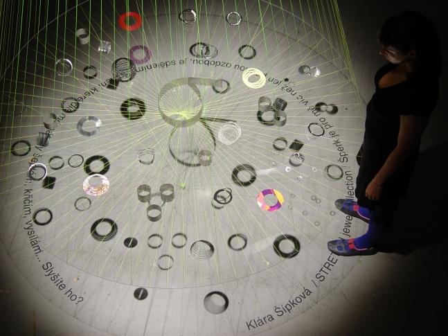 instalace šperků Kláry Šípkové