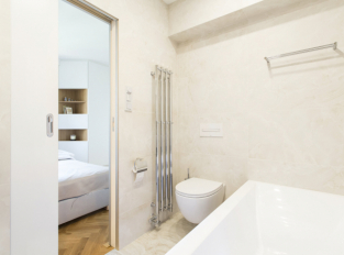Koupelna světlého bytu v Dejvicích