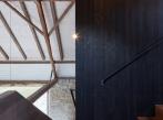 Dva domy, srnky a stromy - schodiště