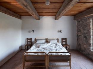 Dva domy, srnky a stromy - ložnice