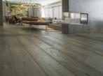 Dubová podlaha v moderním interiéru Pískovaná dubová podlaha Mardegan z kolekce Loire Castles.