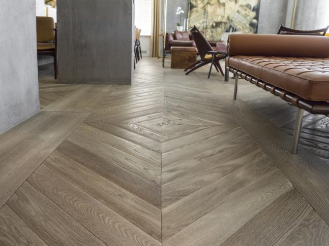 Dubová podlaha v moderním interiéru