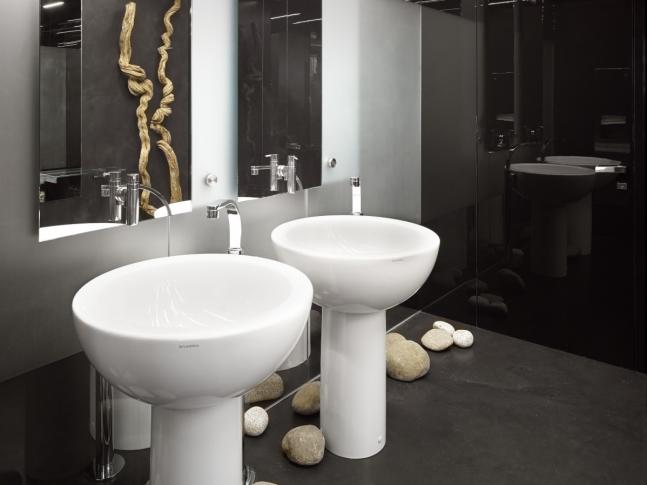 Toalety kavárny Cafe New One Designová stěrka na toaletách olomouckého Cafe New One, dodavatel BOCA Praha.