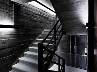 Betonové schodiště v penthouse Bunker