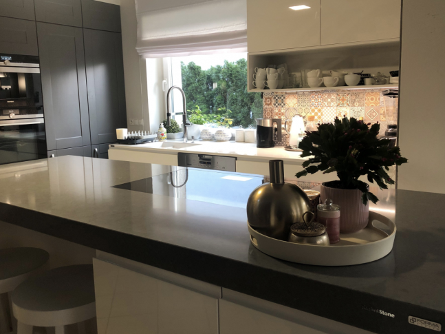 Noble Desiree Grey v kuchyni