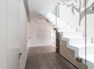 Dveře se skrytou zárubní - schodiště