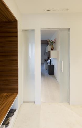 Celoskleněné posuvné dveře do bezobložkového pouzdra EASY