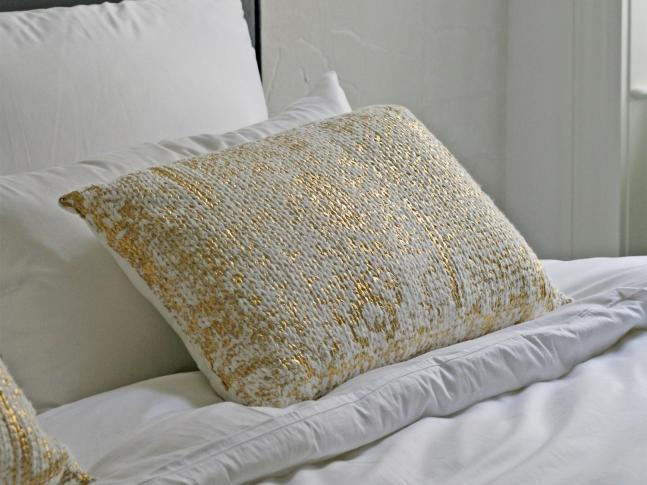 LOOOOX polštář bílý pletený zlaté skvrny