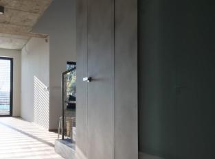 Skryté zárubně s povrchovou úpravou betonové stěrky
