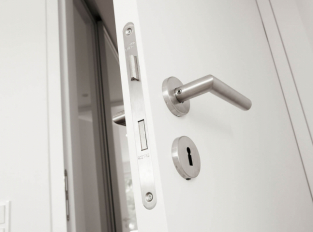 Bílé dveře Schmalenbach